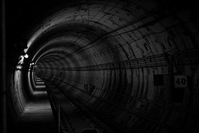 暗いトンネルを抜けて